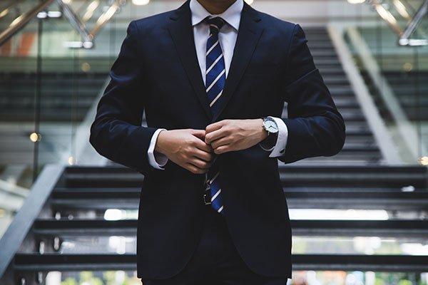 hombre con traje tailandia