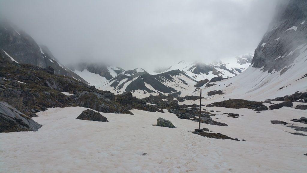 Lago de las vacas cubierto de nieve alpes franceses