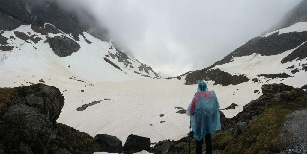 Lac rond alpes franceses cubierto de nieve